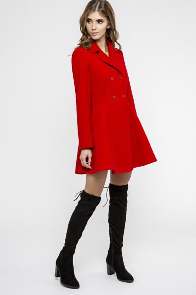 Czerwony rozkloszowany płaszcz zapinany na guziki